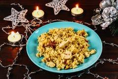Ινδικό biryani με το κοτόπουλο, το γιαούρτι και τα καρυκεύματα σε ένα πιάτο σε έναν ξύλινο πίνακα Νέου έτους, πιάτο Χριστουγέννων Στοκ εικόνες με δικαίωμα ελεύθερης χρήσης