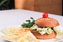 Ινδικό Burger & γαλλικό Frices Στοκ Φωτογραφίες