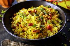 Ινδικό Kanda Poha - φωτογραφίες προετοιμασιών συνταγής με τις φωτογραφίες του τελικού πιάτου και του παραδοσιακού mattha στοκ φωτογραφίες