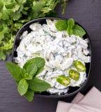 Ινδικό raita αγγουριών με το γιαούρτι, μέντα, cilantro Ελληνικό tzatzi Στοκ φωτογραφίες με δικαίωμα ελεύθερης χρήσης