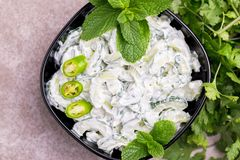 Ινδικό raita αγγουριών με το γιαούρτι, μέντα, cilantro Ελληνικό tzatzi Στοκ Φωτογραφία