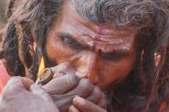 Ινδικό sadhu που καπνίζει το Γκαντζά Στοκ φωτογραφία με δικαίωμα ελεύθερης χρήσης