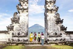 Ινδονησία - Μπαλί - τουρίστας που στέκεται μεταξύ της πύλης Lempuyang Στοκ εικόνα με δικαίωμα ελεύθερης χρήσης