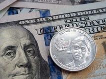 Ινδονησιακή ρουπία στην ανταλλαγή αμερικανικών δολαρίων στο υπόβαθρο δολαρίων στοκ εικόνες