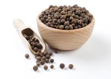 Ινδοπέπερι στο ξύλινο κύπελλο και σέσουλα που απομονώνεται στο άσπρο υπόβαθρο Καρυκεύματα και συστατικά τροφίμων στοκ εικόνες