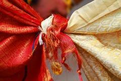 Ινδός γαμήλιος κόμβος που δένεται με το φόρεμα ανδρών και γυναικών Στοκ εικόνες με δικαίωμα ελεύθερης χρήσης