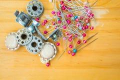 λινό καμβά κουμπιών που μετρά την καθορισμένη ράβοντας ταινία προμηθειών ψαλιδιού Στοκ φωτογραφίες με δικαίωμα ελεύθερης χρήσης