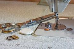 λινό καμβά κουμπιών που μετρά την καθορισμένη ράβοντας ταινία προμηθειών ψαλιδιού Στοκ Φωτογραφίες