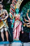 Ινδές θεότητες αγαλμάτων στη στέγη του ναού μέσα στις σπηλιές Batu Σπηλιές Batu - ένα συγκρότημα των σπηλιών ασβεστόλιθων στη Κου Στοκ Φωτογραφία