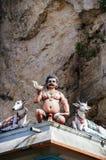 Ινδές θεότητες αγαλμάτων στη στέγη του ναού μέσα στις σπηλιές Batu Σπηλιές Batu - ένα συγκρότημα των σπηλιών ασβεστόλιθων στη Κου Στοκ φωτογραφία με δικαίωμα ελεύθερης χρήσης