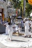 Ινδή τελετή, γυναίκες που χορεύει σε μια έκσταση, μέσα - Nusa Penida, Ινδονησία Στοκ Εικόνες