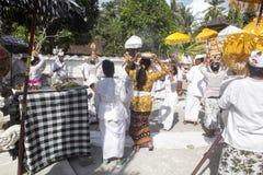 Ινδή τελετή, γυναίκες που χορεύει σε μια έκσταση, μέσα - Nusa Penida, Ινδονησία Στοκ Φωτογραφία