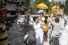 Ινδή τελετή, γυναίκες που χορεύει σε μια έκσταση, - Nusa Penida, Ινδονησία Στοκ φωτογραφία με δικαίωμα ελεύθερης χρήσης