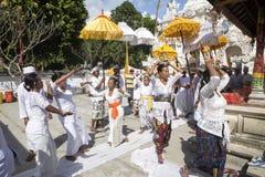 Ινδή τελετή, γυναίκες που χορεύει σε μια έκσταση, - Nusa Penida, Ινδονησία Στοκ Εικόνα