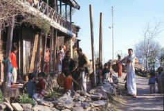 1977 Ινδία Μουσικοί που τραγουδούν και που παίζουν τα τύμπανα Στοκ Φωτογραφίες