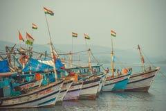 Ινδία, Goa - 2 Φεβρουαρίου 2017: Αλιευτικά σκάφη με την ινδική στάση σημαιών στην αποβάθρα Στοκ Εικόνα