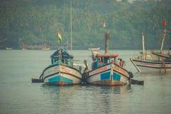 Ινδία, Goa - 2 Φεβρουαρίου 2017: Αλιευτικά σκάφη με την ινδική στάση σημαιών στην αποβάθρα Στοκ εικόνα με δικαίωμα ελεύθερης χρήσης