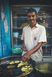 Ινδία, Maharashtra, Vengurla - 20 Μαρτίου 2017: Το άτομο προετοιμάζει τα παραδοσιακά ινδικά τρόφιμα στο πετρέλαιο Στοκ φωτογραφίες με δικαίωμα ελεύθερης χρήσης