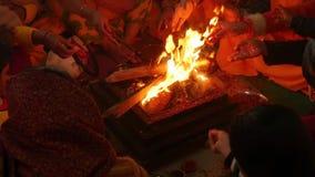 Ινδία Varanasi Οι άνθρωποι που κάνουν τις προσφορές στο α η πυρκαγιά απόθεμα βίντεο