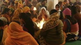 Ινδία Varanasi Οι άνθρωποι που κάνουν τις προσφορές στο α η πυρκαγιά φιλμ μικρού μήκους