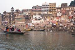 Ινδία, Varanasi - το Νοέμβριο του 2009: Μια άποψη των ιερών ghats του Varanasi με μια ναυσιπλοΐα λεμβούχων στοκ εικόνες