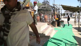 Ινδικά άτομα που περπατούν κάτω από την οδό στο Jodhpur και που κάνουν τις μικροδουλειές τους απόθεμα βίντεο