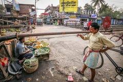 Ινδικά άτομα που συζητούν στο τραίνο το πέρασμα Στοκ φωτογραφία με δικαίωμα ελεύθερης χρήσης