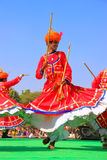 Ινδικά άτομα στα παραδοσιακά φορέματα που χορεύουν στο φεστιβάλ ερήμων, Ja Στοκ Εικόνες