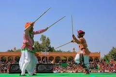 Ινδικά άτομα στα παραδοσιακά φορέματα που χορεύουν στο φεστιβάλ ερήμων, Ja Στοκ φωτογραφία με δικαίωμα ελεύθερης χρήσης