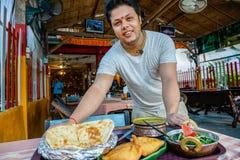 Ινδικά εξυπηρετώντας τρόφιμα αρχιμαγείρων Στοκ φωτογραφίες με δικαίωμα ελεύθερης χρήσης