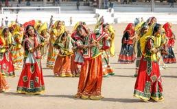 Ινδικά κορίτσια στη ζωηρόχρωμη εθνική ενδυμασία Στοκ Φωτογραφία