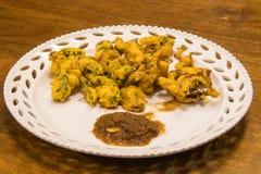 Ινδικά πρόχειρα φαγητά Pakooda που εξυπηρετείται σε ένα πιάτο Στοκ Φωτογραφίες