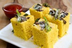 Ινδικά τρόφιμα Dhokla Στοκ Εικόνες