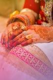 Ινδικά χέρια νυφών Μαλακή εστίαση, θαμπάδα Στοκ εικόνες με δικαίωμα ελεύθερης χρήσης