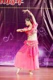 ινδικές νεολαίες λευκών γυναικών χορού ανασκόπησης Στοκ Εικόνες