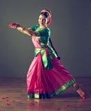 ινδικές νεολαίες λευκών γυναικών χορού ανασκόπησης στοκ εικόνα με δικαίωμα ελεύθερης χρήσης