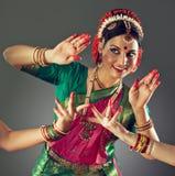 ινδικές νεολαίες λευκών γυναικών χορού ανασκόπησης στοκ φωτογραφία