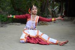 ινδικές νεολαίες λευκών γυναικών χορού ανασκόπησης Στοκ Εικόνα