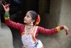 ινδικές νεολαίες λευκών γυναικών χορού ανασκόπησης Στοκ εικόνες με δικαίωμα ελεύθερης χρήσης