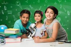 Ινδικές παιδιά και επιστήμη Στοκ φωτογραφία με δικαίωμα ελεύθερης χρήσης