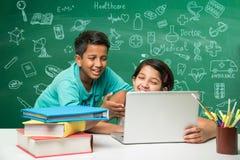 Ινδικές παιδιά και επιστήμη Στοκ Φωτογραφίες