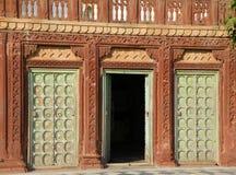 Ινδικές παραδοσιακές κτήριο και πόρτα ύφους στο εκλεκτής ποιότητας καφετί και πράσινο χρώμα Στοκ Εικόνα