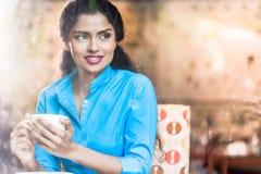 Ινδική γυναίκα με την κούπα καφέ στοκ εικόνα με δικαίωμα ελεύθερης χρήσης