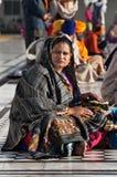 Ινδική γυναίκα με τη συνεδρίαση παιδιών κοντά στη λίμνη στο χρυσό ναό _ Ινδία Στοκ Φωτογραφία