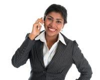Ινδική γυναίκα που μιλά στο τηλέφωνο. Στοκ Φωτογραφία