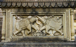 Ινδική γλυπτική | Χαρασμένοι πολεμιστές στον ελέφαντα Στοκ Εικόνες