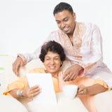 Ινδική οικογένεια που χρησιμοποιεί τα κινητά apps Στοκ Φωτογραφίες