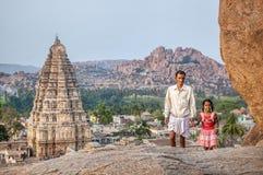 Ινδική οικογένεια σε Hampi στοκ φωτογραφία