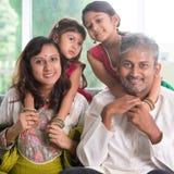 Ινδική οικογένεια στο σπίτι Στοκ Εικόνα