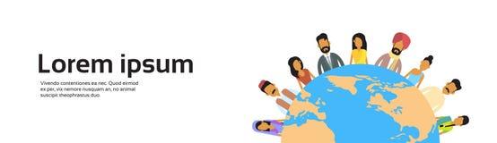 Ινδική στάση ομάδας ανθρώπων γήινης ημέρας γύρω από το οριζόντιο έμβλημα έννοιας σφαιρών Στοκ εικόνα με δικαίωμα ελεύθερης χρήσης